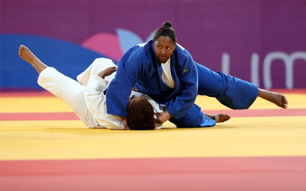 Beatriz Souza aplica o ippon que lhe garantiu a medalha de bronze — Foto: REUTERS/Sergio Moraes