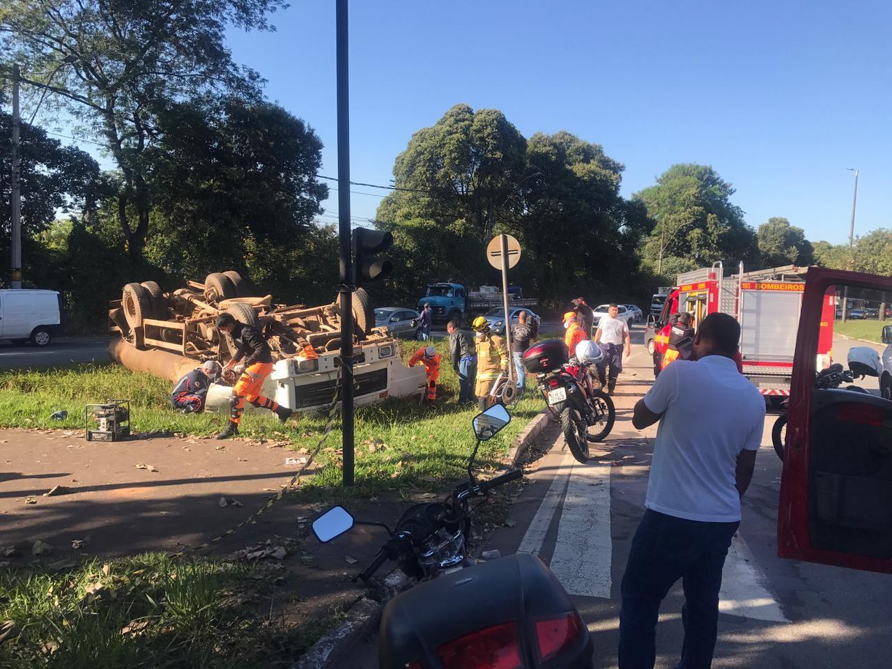 Caminhão capota na BR-381, em Ipatinga; uma pessoa morreu