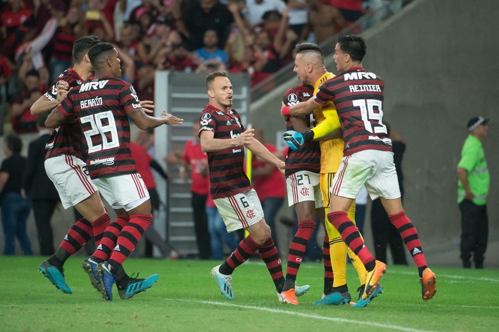 Reinier comemora a classificação do Flamengo após a vitória sobre o Emelec nos pênaltis — Foto: Alexandre Vidal/Flamengo