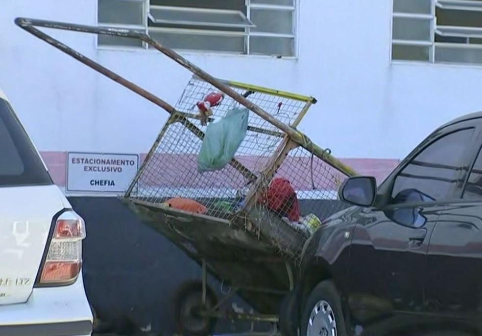 Polícia apreendeu carrinho para coleta de materiais recicláveis com vestígios de sangue — Foto: Reprodução/TV TEM