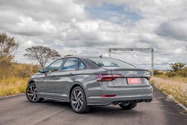 Volkswagen Jetta GLI 350 TSI - Traseira do Jetta GLI pode ser facilmente reconhecida pelas saídas de escape esportivas (Foto: Marcos Camargo)