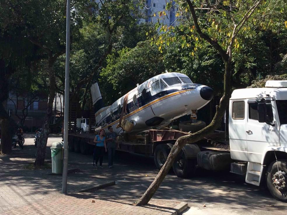 Modelo do avião Bandeirante foi restaurado por ex-funcionários da Embraer (Foto: Samuel Cunha/Vanguarda Repórter)