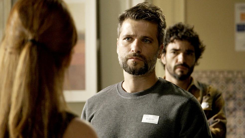 Gabriel (Bruno Gagliasso) é hostilizado por Luz (Marina Ruy Barbosa), na novela 'O Sétimo Guardião' — Foto: TV Globo