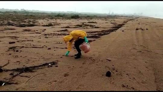 Fragmentos de óleo chegam à praia de Regência, no Espírito Santo