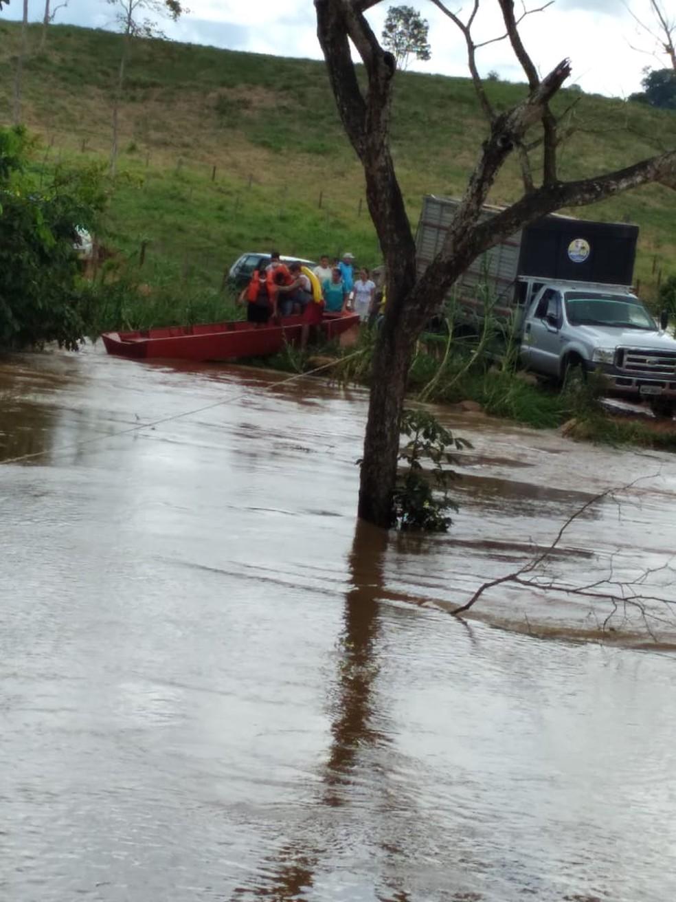 Grávida de 8 meses é resgatada pelo Corpo de Bombeiros, após ponte ser inundada em Jaru, RO — Foto: Reprodução/Redes Sociais