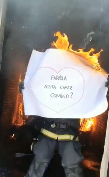 Vídeo mostra bombeiro pedir noiva em casamento em meio ao fogo em SC: 'Momento inesquecível'
