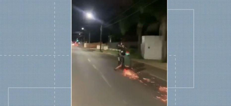 Motociclista cai após ficar em pé em moto em movimento, no Paraná; VÍDEO
