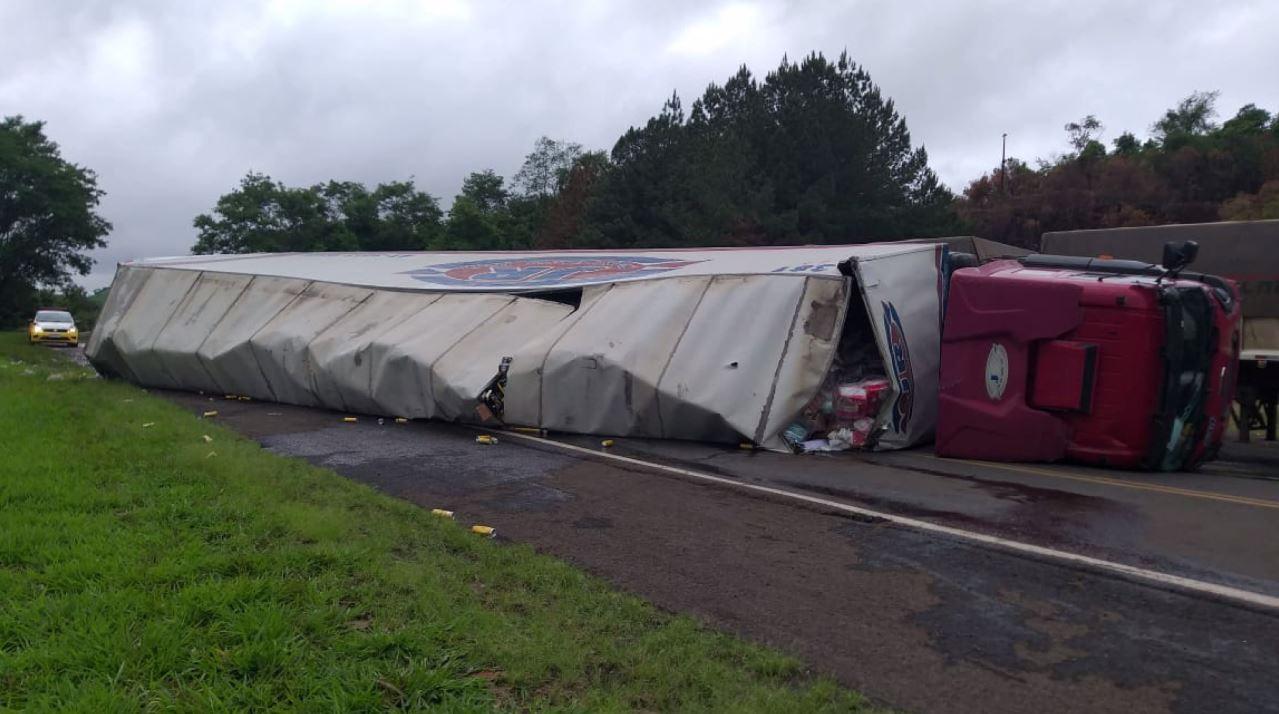 Motorista fica ferido após tombar caminhão, na PR-460  - Noticias