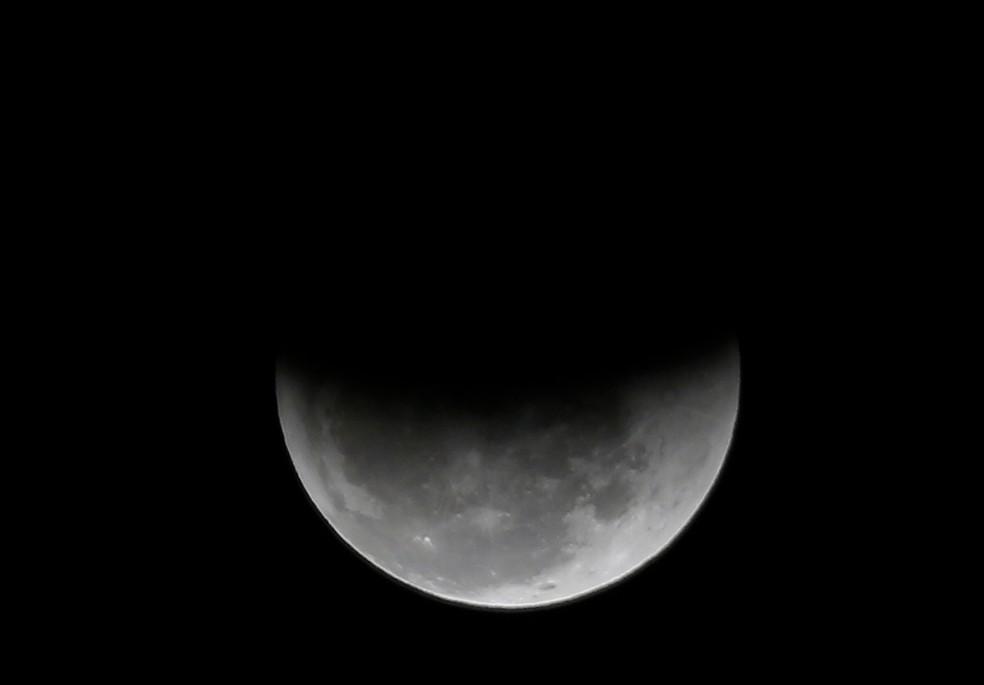Eclipse já parcial na lua — Foto: Marcos Serra Lima / G1