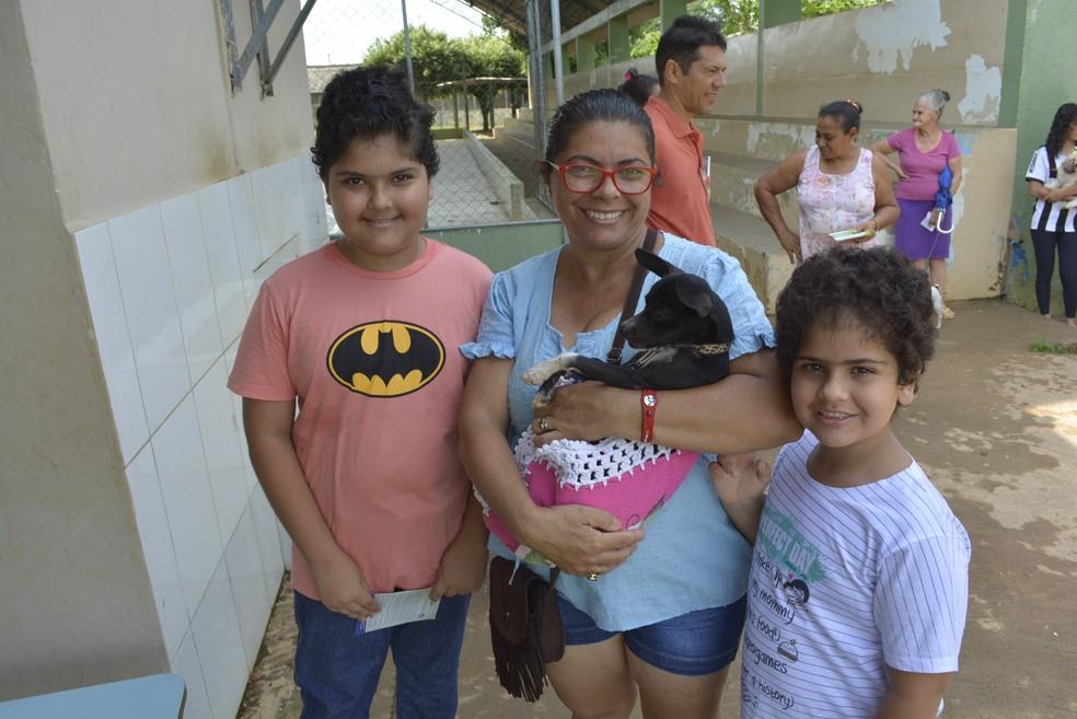Cachorro Mimo foi vacinado neste sábado, em Ariquemes (Foto: Diêgo Holanda/G1)