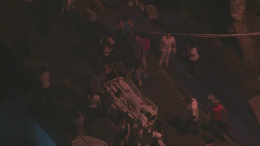 Paciente em maca é retirado do hospital e levado para a rua. — Foto: Reprodução/Globocop