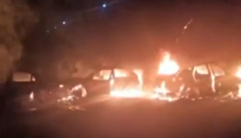 Criminosos atearam fogo em veículos para impedir a aproximação da Polícia Militar em Jarinu (SP) — Foto: Reprodução