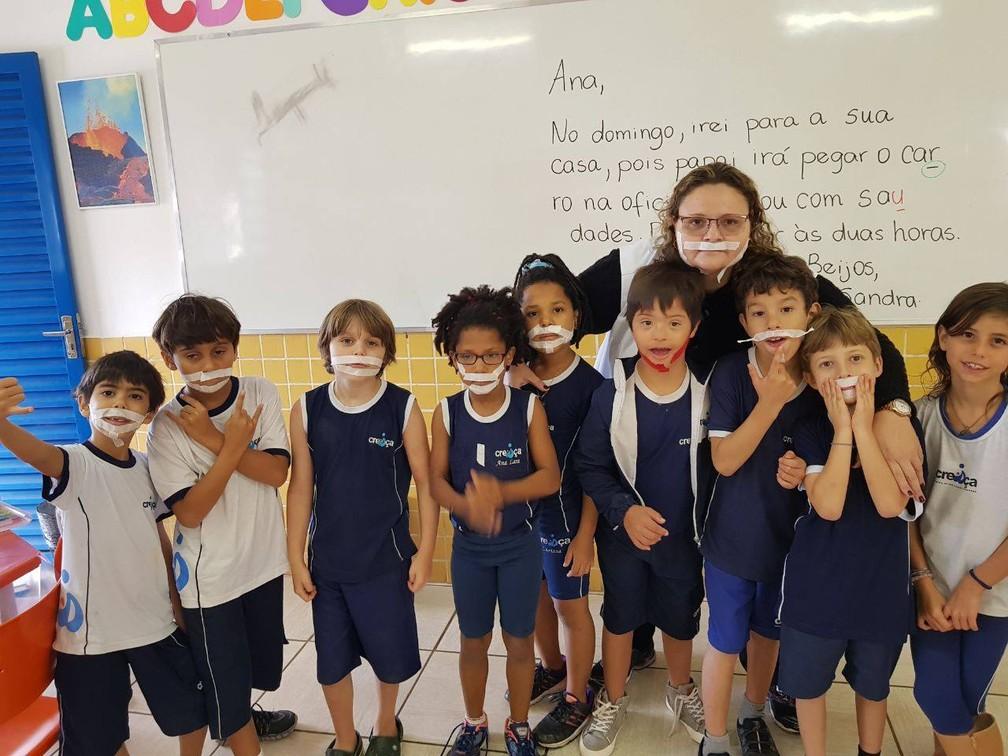 Estudantes colocaram fitinha no rosto para Miguel não se sentir excluído do grupo (Foto: Facebook/Reprodução)