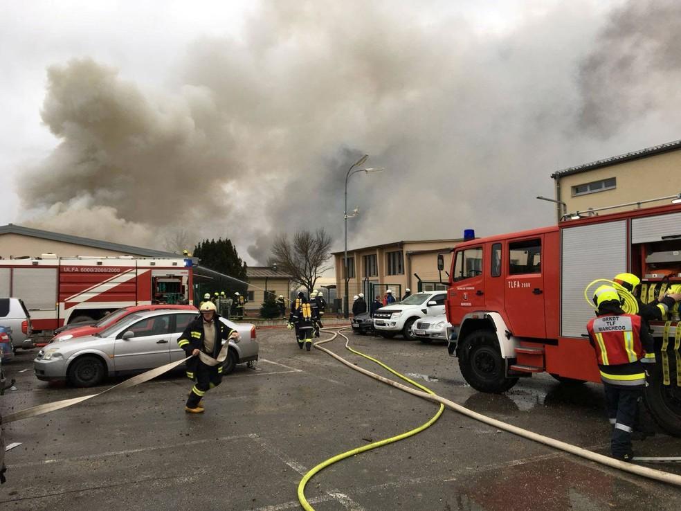 Equipes de emergência prestam socorro após registro de explosão na Áustria nesta terça-feira (12)  (Foto: Rkno/Motz via Reuters )