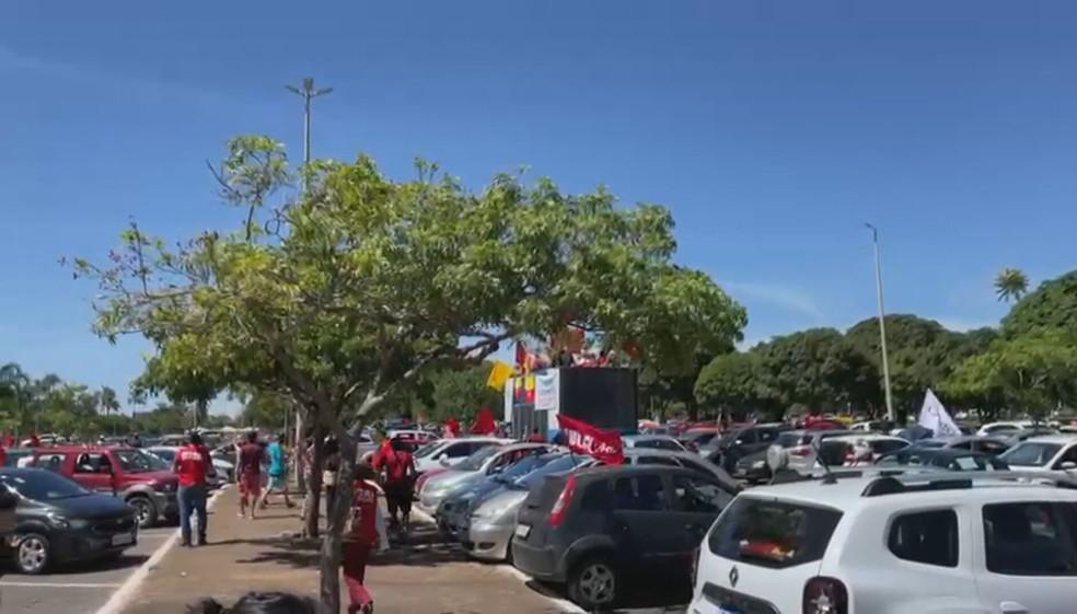 Manifestantes fazem ato a favor da vacina e contra Bolsonaro no DF — Foto: TV Globo/Reprodução