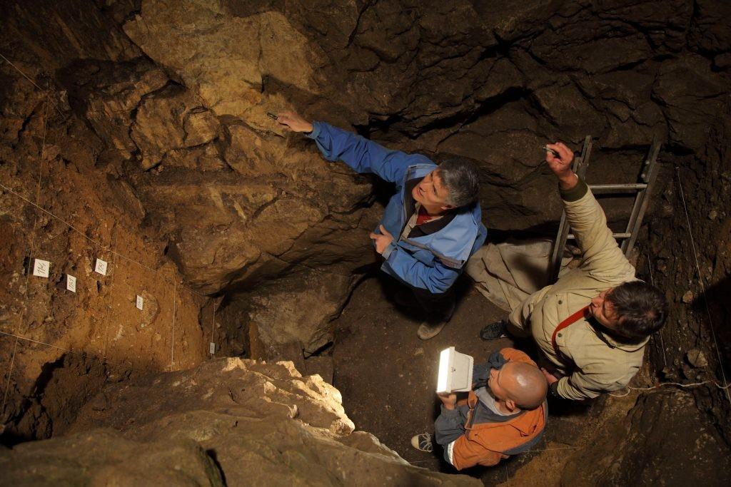 Arqueólogos na caverna Denisova, nas montanhas Altai (Foto: Instituto Max Planck)