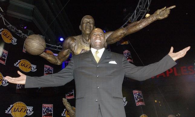 Em 2004, o ídolo que elevou o Los Angeles Lakers de patamar na NBA, que já tivera sua camisa 32 aposentada, ganhou uma estátua no Staples Center
