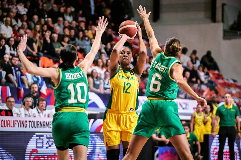 Damiris Dantas, do Brasil, marcada por duas rivais na Austrália no basquete — Foto: FIBA