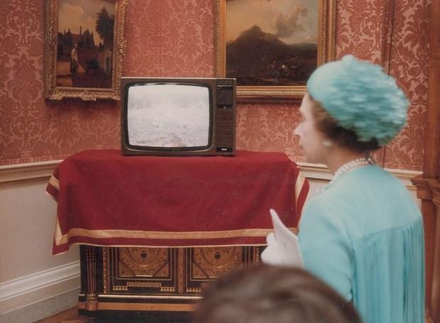 A rainha Elizabeth assiste à transmissão no Palácio de Buckingham (Foto: prevnext RR Auction/Splash News Online/ Reprodução)