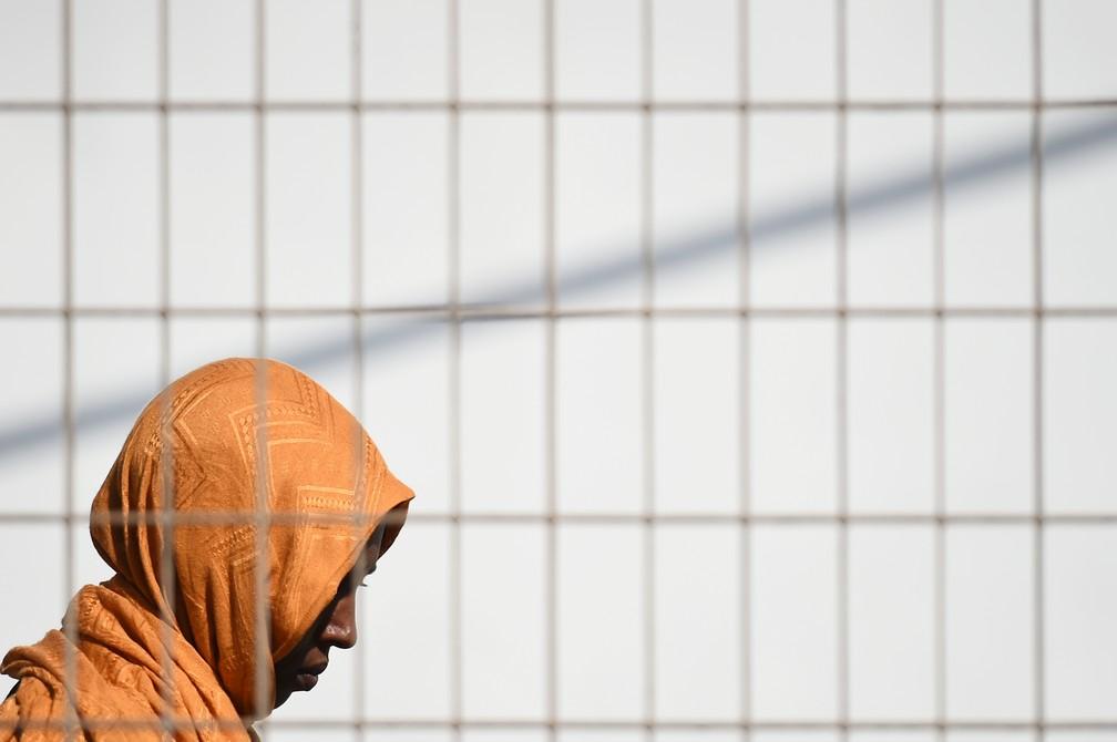 Imigrante espera balsa para ir da Lampedusa ao continente europeu — Foto: Guglielmo Mangiapane/Reuters