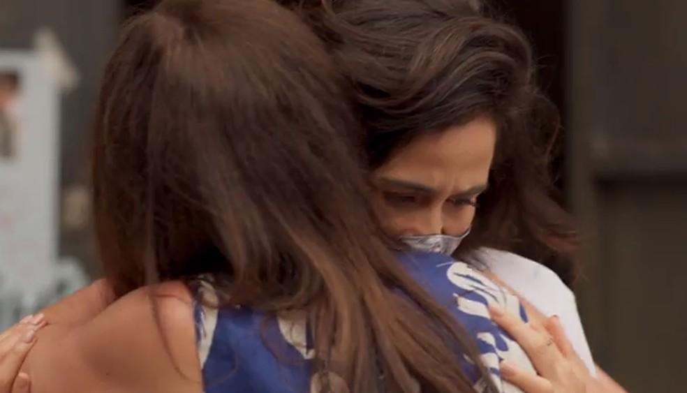 Érica estranha o cheiro de Lurdes em Thelma — Foto: Globo