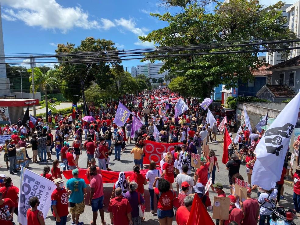 Manifestantes protestam contra o governo Bolsonaro no Recife, neste sábado (24) — Foto: Priscilla Aguiar/G1