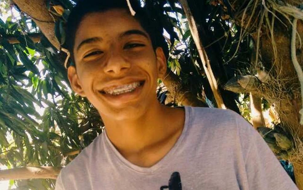 Estudante Roberto Campos da Silva foi baleado por policiais dentro de casa — Foto: Arquivo pessoal
