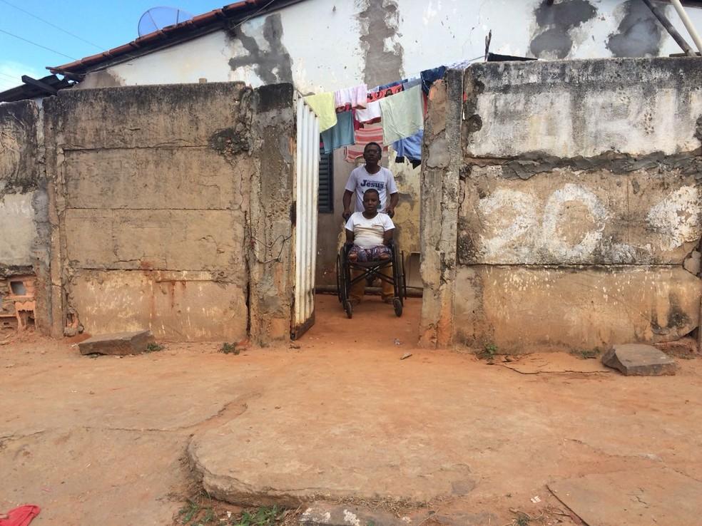 Aluno vai para a escola em uma cadeira de rodas doada com ajuda do pai (Foto: Juliana Peixoto/G1)