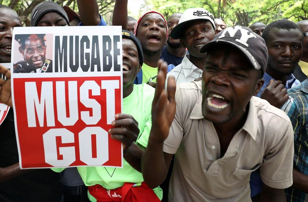 Manifestantes exigem a saída do presidente do Zimbábue, Robert Mugabe, durante protesto na via diante do Parlamento em Harare (Foto: Mike Hutchings/Reuters)