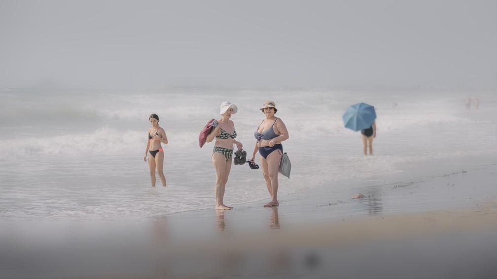 Estilo de vida: 'Días de playa', foto suavemente focada em duas mulheres desfrutando de uma caminhada matinal na praia de Alicante, Espanha — Foto: Mariano Belmar Torrecilla (Espanha)/Sony World Photography Awards