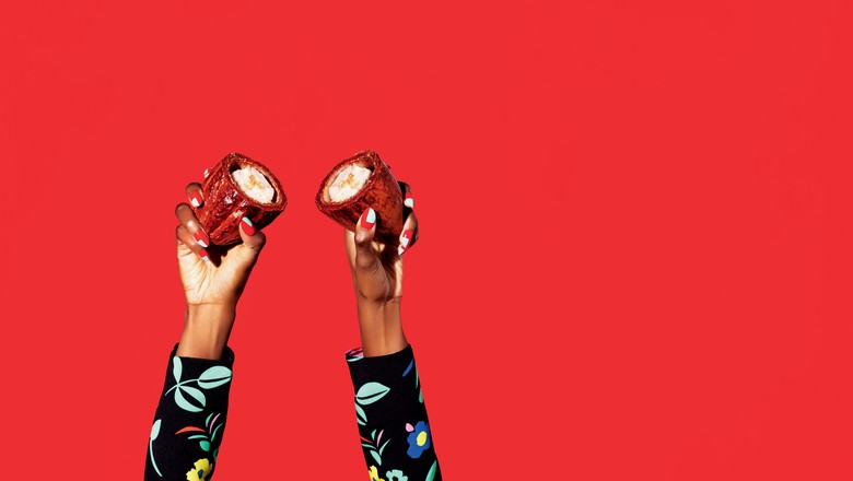Na foto, mãos femininas seguram um fruto de cacau cortado ao meio. Com incentivos, o Brasil pode voltar a ser autossuficiente na produção da amêndoa em cinco a oito anos (Foto: Editora Globo)