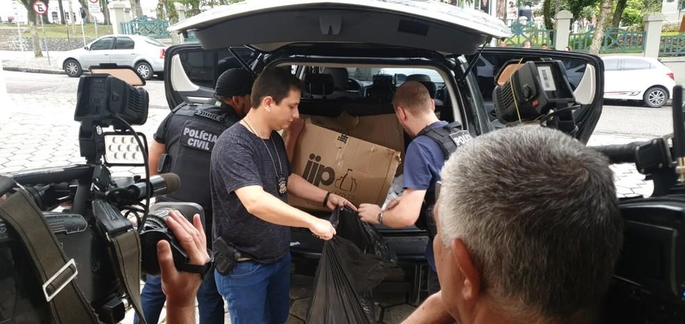 Operação da Polícia Civil prendeu suspeitos de vender medicamentos restritos como se fossem emagrecedores naturais, em Curitiba — Foto: Ana Zimmerman/RPC