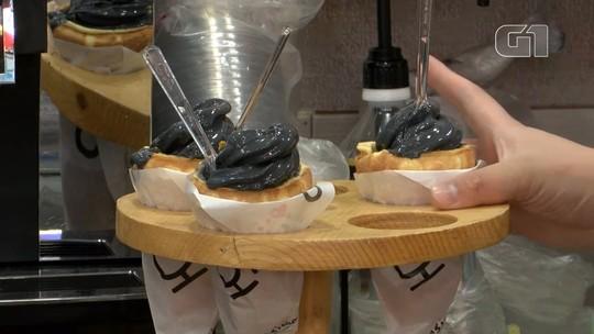 Turistas curiosos provam sorvete preto na Coreia do Sul