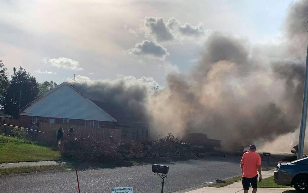 Local onde avião de treino da Marinha dos EUA caiu em área residencial, no Alabama, na sexta-feira (23) — Foto: Greg Crippen via AP