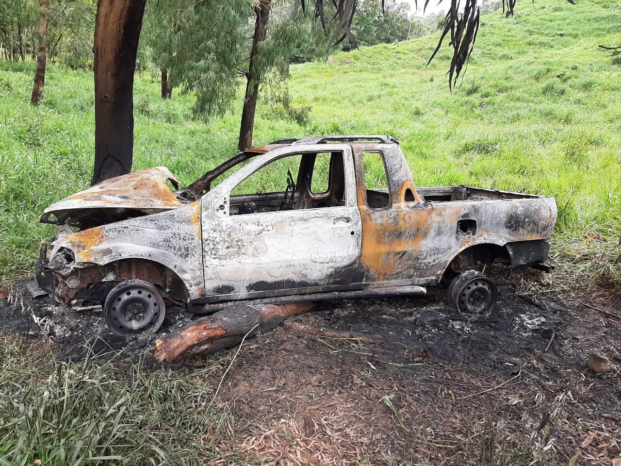 Duas pessoas são encontradas carbonizadas dentro de carro incendiado, em Guarapuava