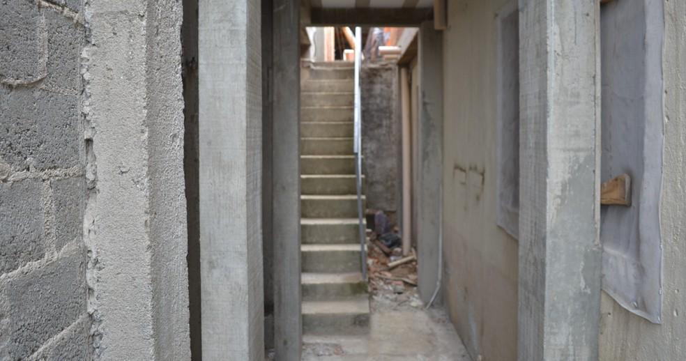 Para entrar e sair de casa, Andrey precisava passar pelas escadas — Foto: Natan Lira/G1
