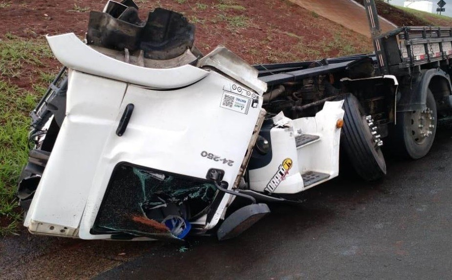 Caminhão fica destruído após acidente na rodovia SP-310 em Araraquara - Radio Evangelho Gospel