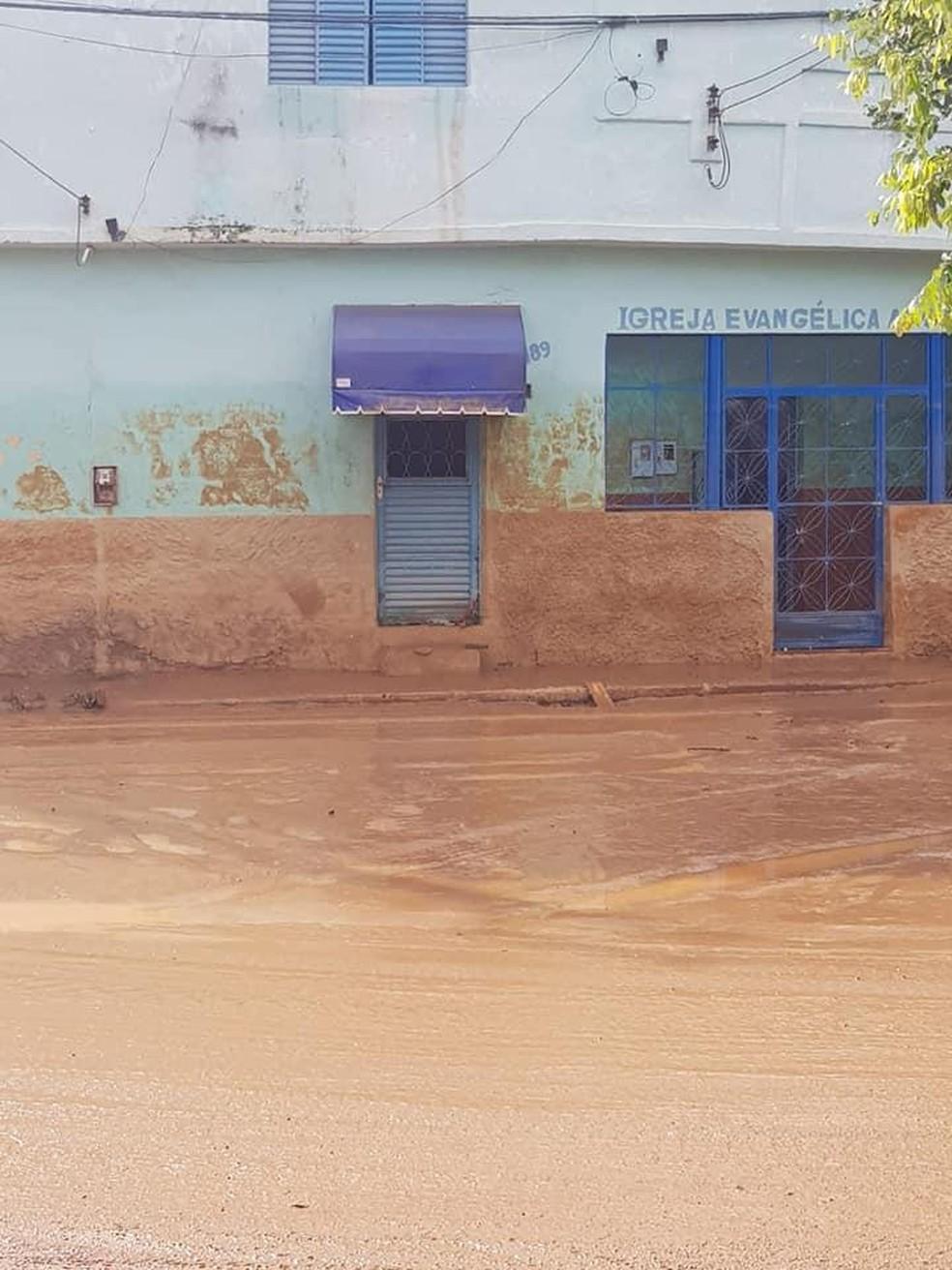 Marcas de lama na parede mostram altura que a água chegou em Porciúncula, no RJ — Foto: Divulgação/Prefeitura de Porciúncula
