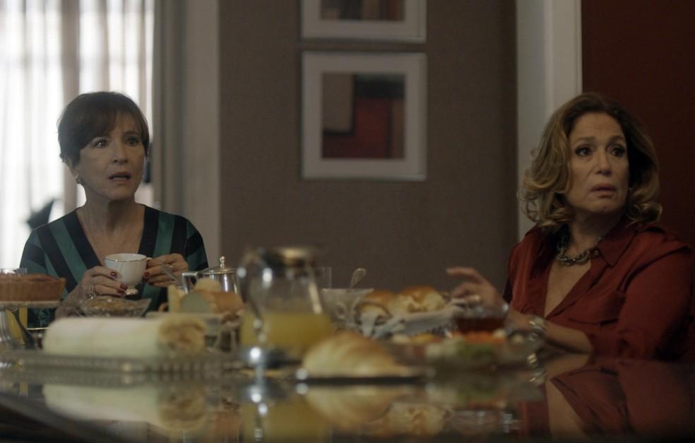 As duas se espantam quando a porta se abre (Foto: TV Globo  )