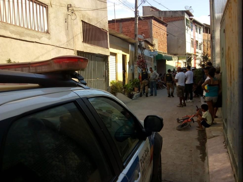 Um cliente da vítima utilizou uma escada para entrar no local e encontrou o corpo — Foto: Foto: Ronalt Lessa/ Inter TV