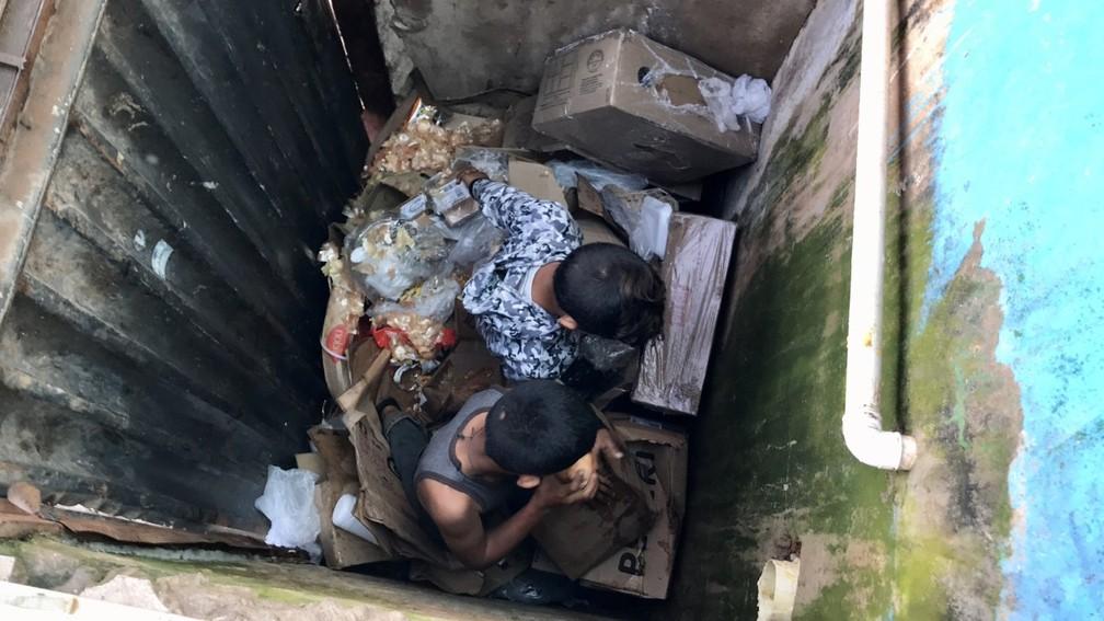 Crianças venezuelanas procuram por comida dentro de lixeira na cidade de Pacaraima, a 215 km de Boa Vista, na fronteira com a Venezuela — Foto: Alan Chaves/G1 RR