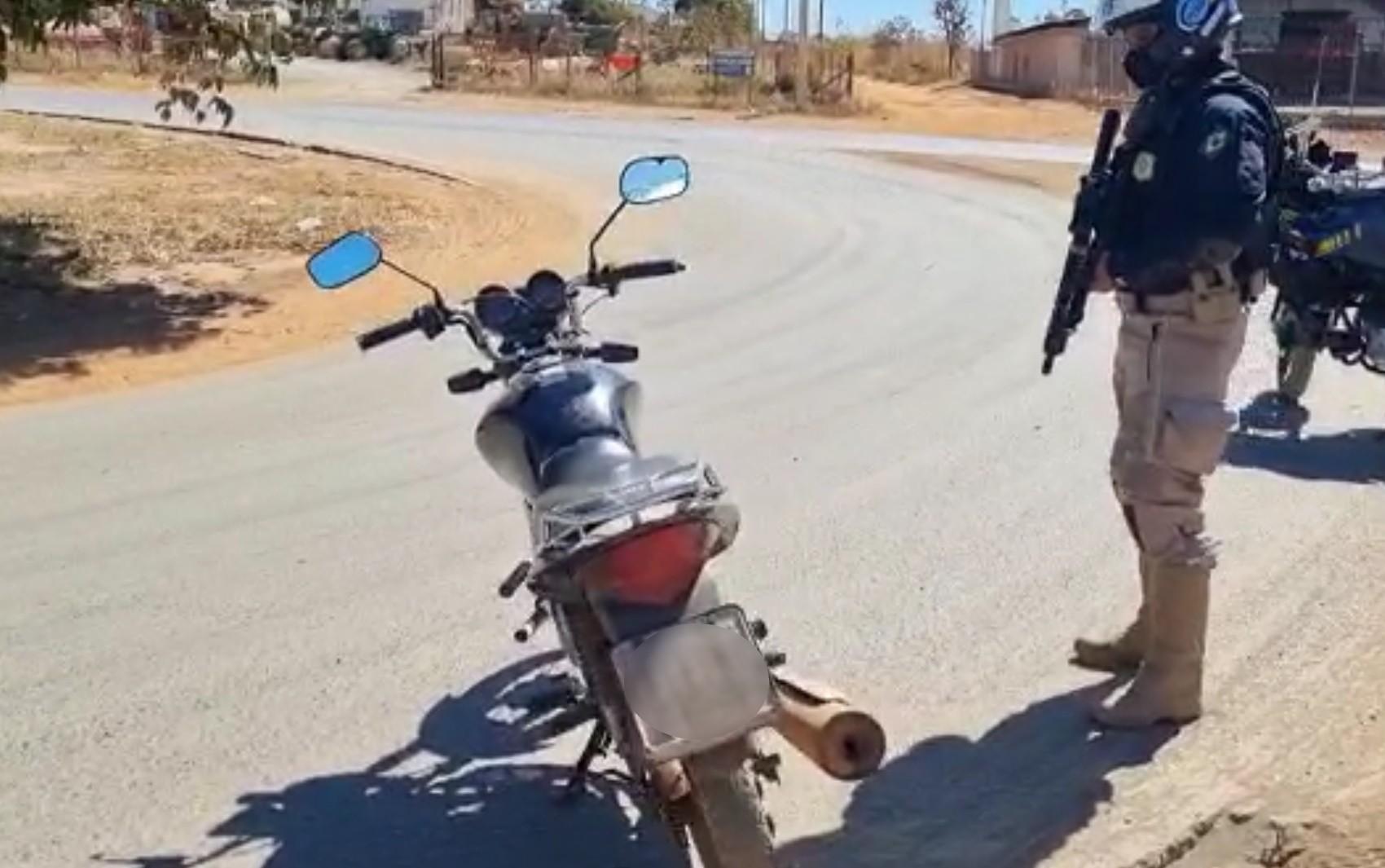 PRF apreende moto com quase R$ 60 mil em multas na BR-020, em Formosa