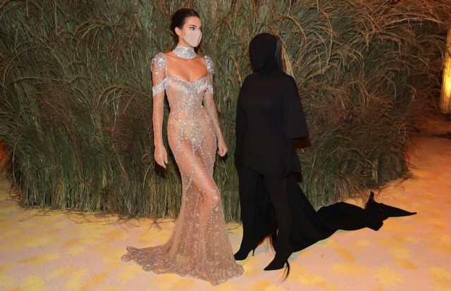 NEW YORK, NEW YORK - SEPTEMBER 13: (EXCLUSIVE COVERAGE) Kendall Jenner and Kim Kardashian West attend the The 2021 Met Gala Celebrating In America: A Lexicon Of Fashion at Metropolitan Museum of Art on September 13, 2021 in New York City. (Photo by Jamie  (Foto: Getty Images for The Met Museum/)
