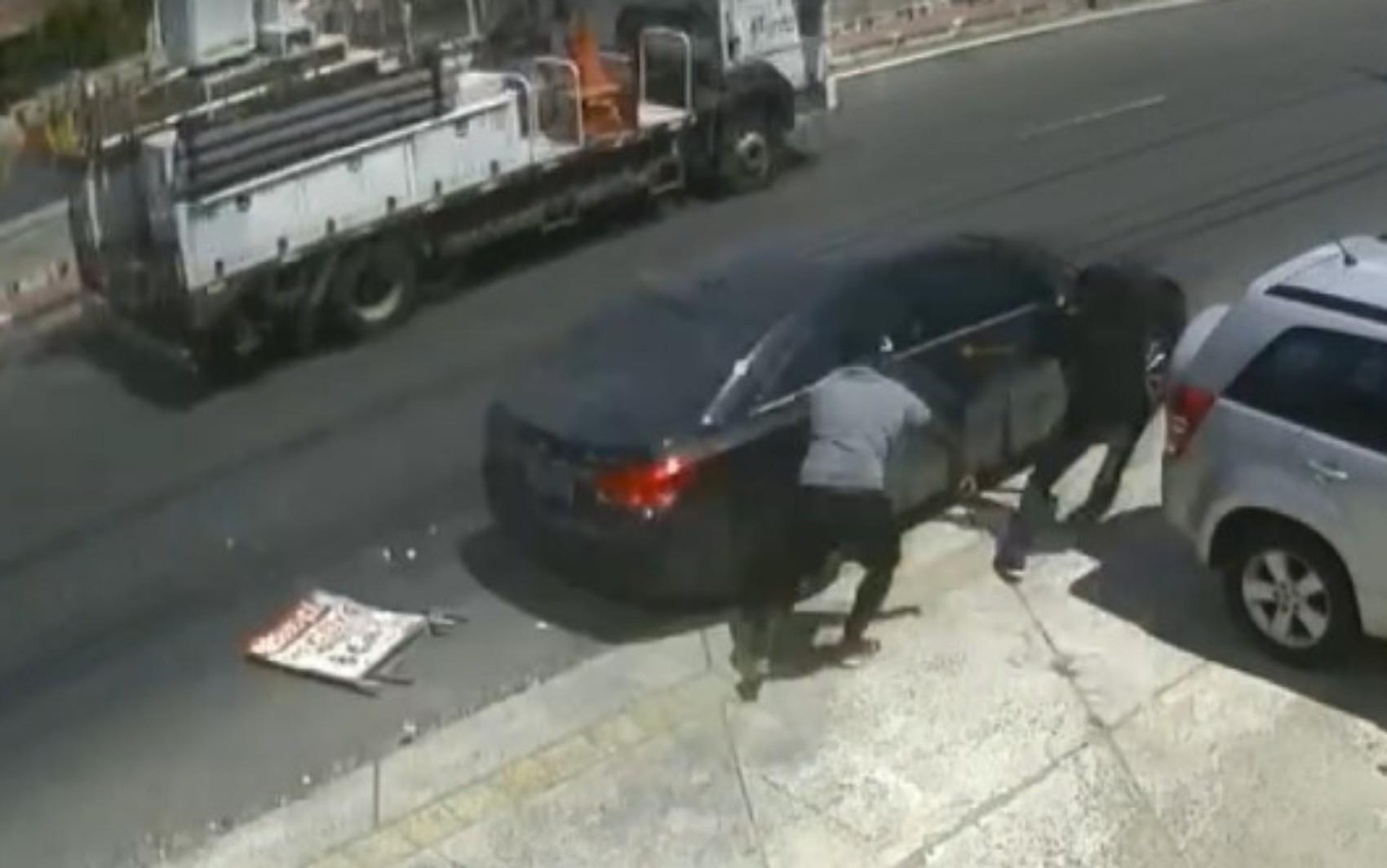 Em carro blindado, homem escapa de assalto em bairro de Salvador; suspeitos dispararam contra o veículo