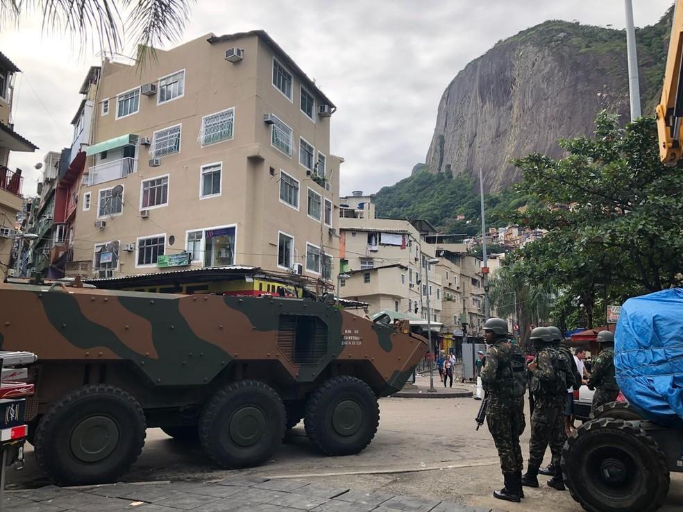 Blindado em uma das entradas da comunidade da Rocinha, na Zona Sul do Rio (Foto: Carlos Brito/ G1)