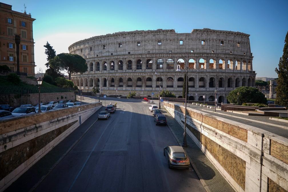 ROMA - Uma rua vazia leva ao antigo Coliseu em Roma, na Itália. O país registra mais de 6 mil mortos pela Covid-19, doença provocada pelo novo coronavírus — Foto: Andrew Medichini/AP