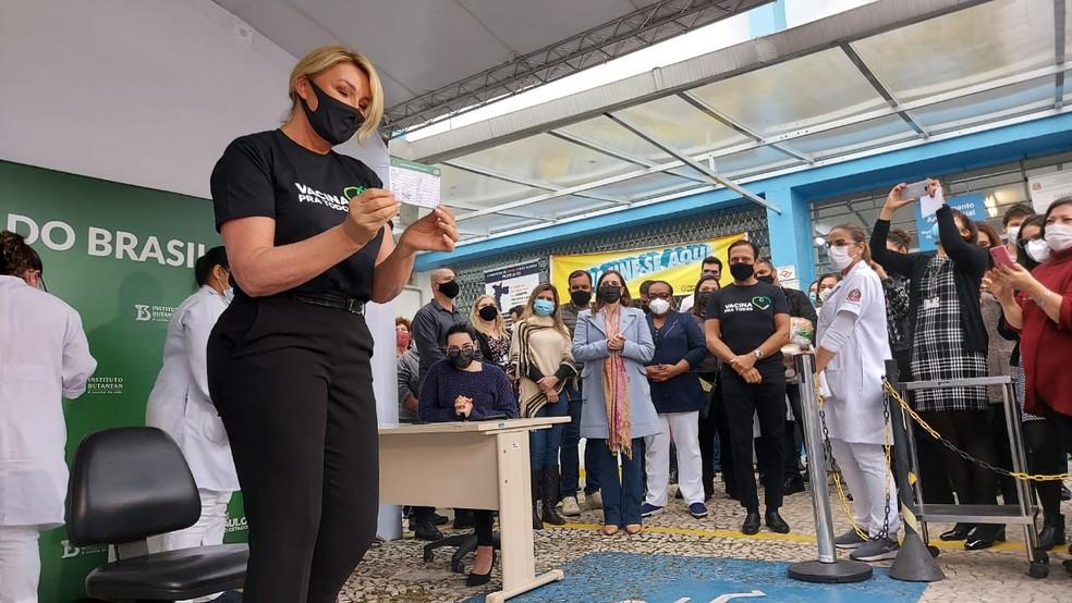 Primeira-dama de São Paulo, Bia Doria, recebe cartão da vacinação contra a Covid-19.  — Foto: Rodrigo Rodrigues/G1