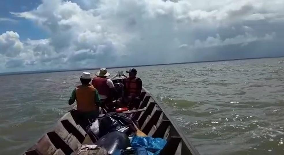 Moradores de Oiapoque em alto-mar em busca de vítimas de naufrágio — Foto: Reprodução