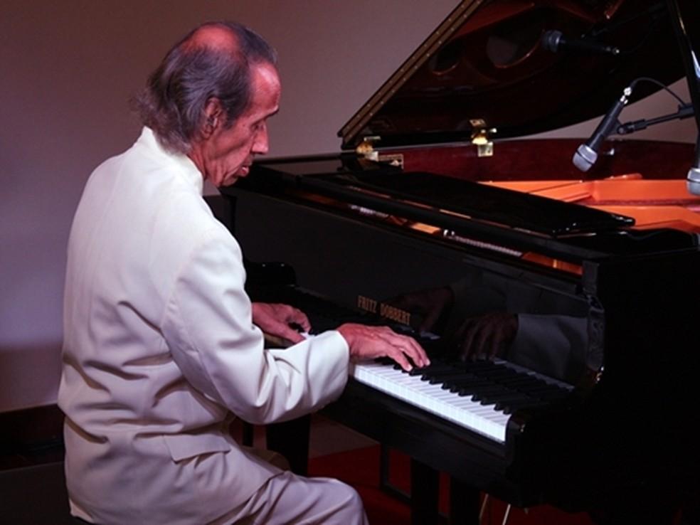 Pianista renomado gravou com artistas de MPB e da música erudita. João Carlos Assis Brasil em foto de 2016. — Foto: Divulgação/Ascom Cabo Frio