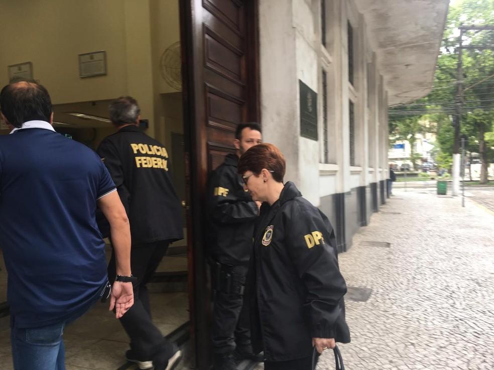 Presos são encaminhados para a Delegacia da PF em Santos, SP — Foto: Veronica Gonzalez/G1
